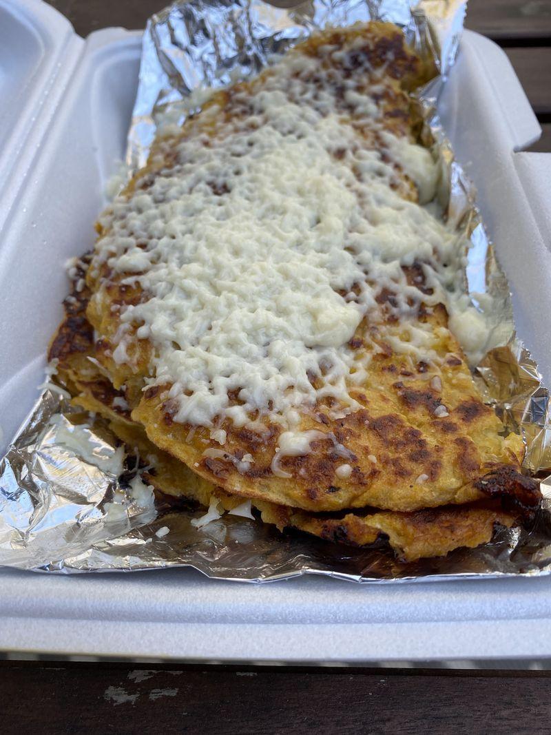 Muchos elementos del menú de parrilladas de Araba, incluido el queso blanco suave, que se usa a menudo en la cocina venezolana, y los panqueques de maíz llamados kachaba (en la foto).  Likoya Figueroa / Likoya.Biguero@j.com