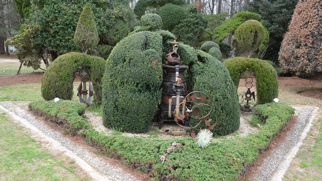 Pearl Fryar Topiary Garden Puts Bishopville S C On The Map